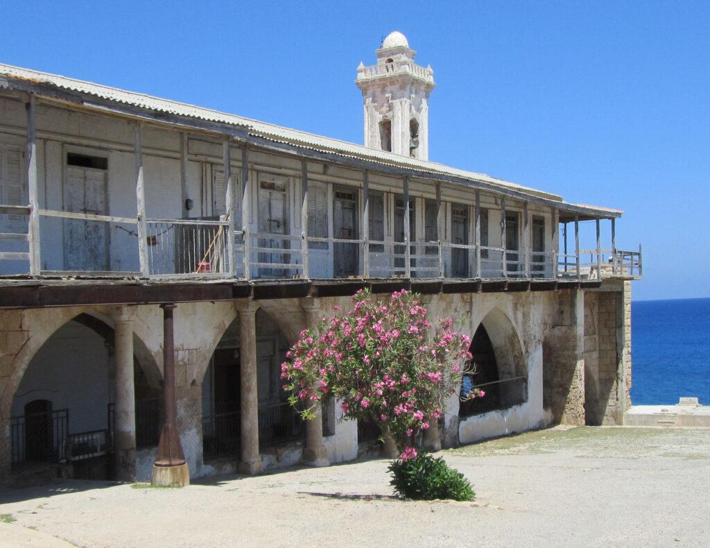Das verfallene Kloster Apostolos Andreas auf der Karpasshalbinsel in türkisch besetzten Norden der Insel Zypern.