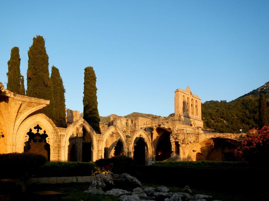 Ruine des Klosters Bellapais im türkisch besetzten Norden der Insel Zypern nahe Kyrenia.