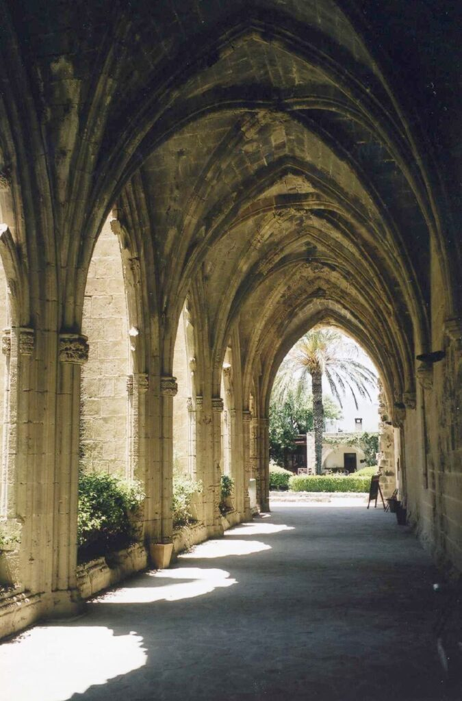 Kreuzgang des Klosters Bellapais im türkisch besetzten Norden der Insel Zypern nahe Kyrenia.
