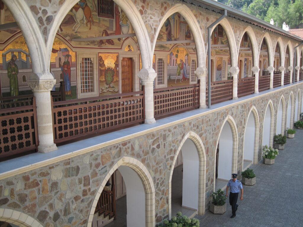 Der Ikonengang des Kloster Kykkos im Troodos Gebirge auf Zypern