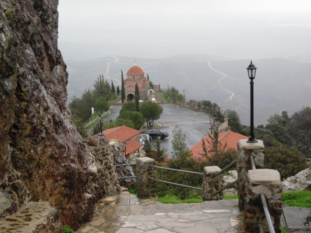 Das Bild zeigt den Blick vom Klostergelände des Klosters Stavrovouni auf die dazugehörige Kapelle.