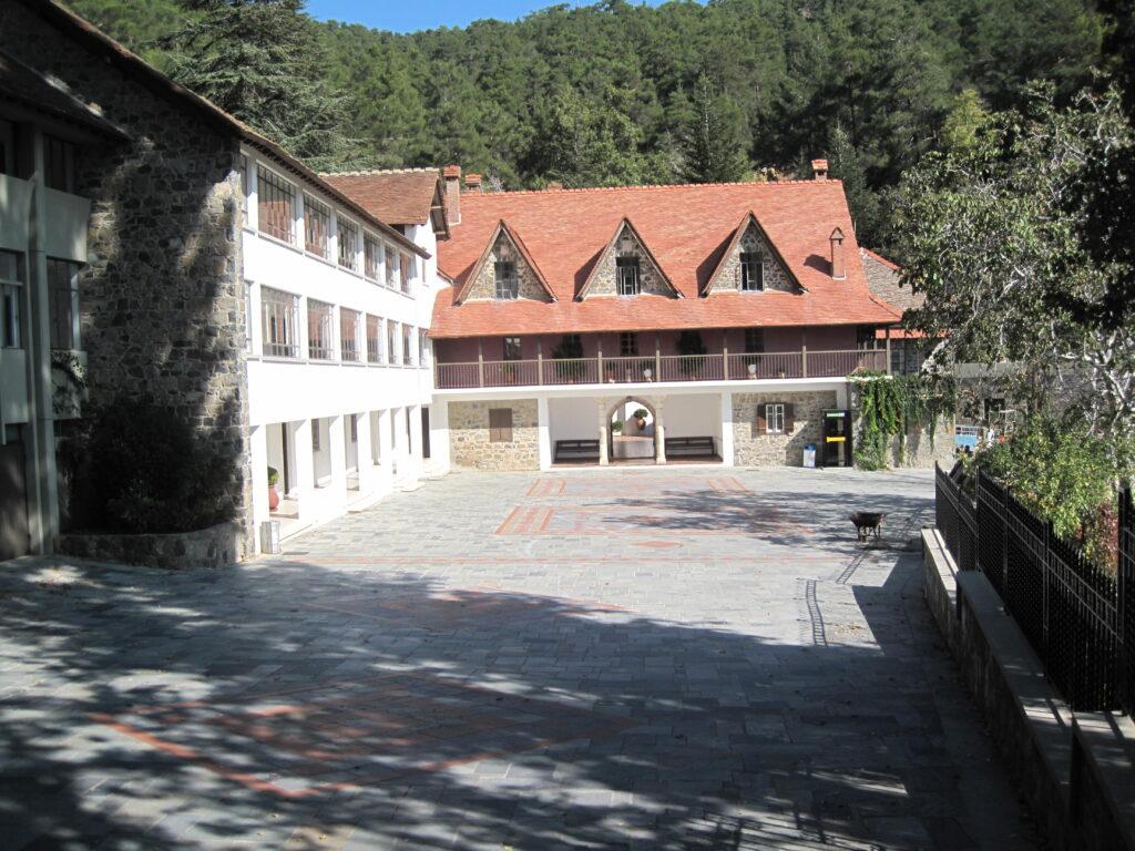 Das Kloster Trooditissa auf Zypern im Bezirk Limassol, das für seine Wunder bei kinderlosen Paaren bekannt ist.  Es liegt im Troodos Gebirge.