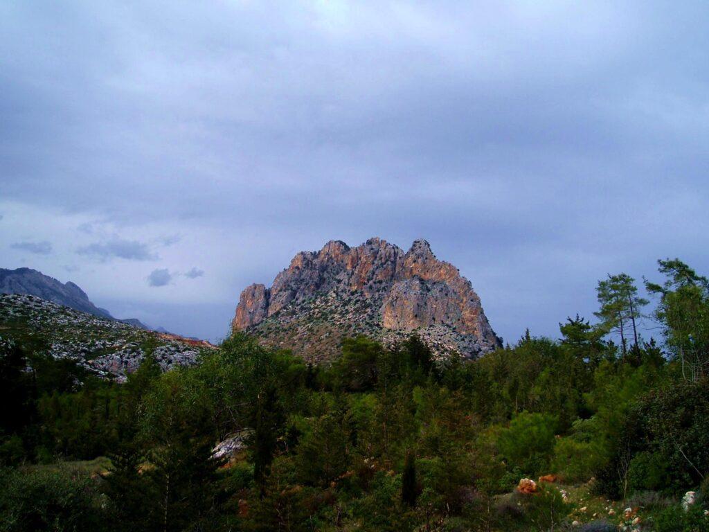 Markant für das Gebirge ist der Pentadaktylos (dt. fünf Finger) mit seinen 5 Gipfeln. Er ist bei freier Sicht aus der Ebene Mesaoria  sehr gut zu erkennen.