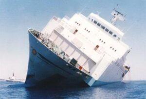 BIld der Zenobia, die vor der Küste Larnakas gesunken ist. Das Bild zeigt sie Zenobia mit ca. 45° Schlagseite.