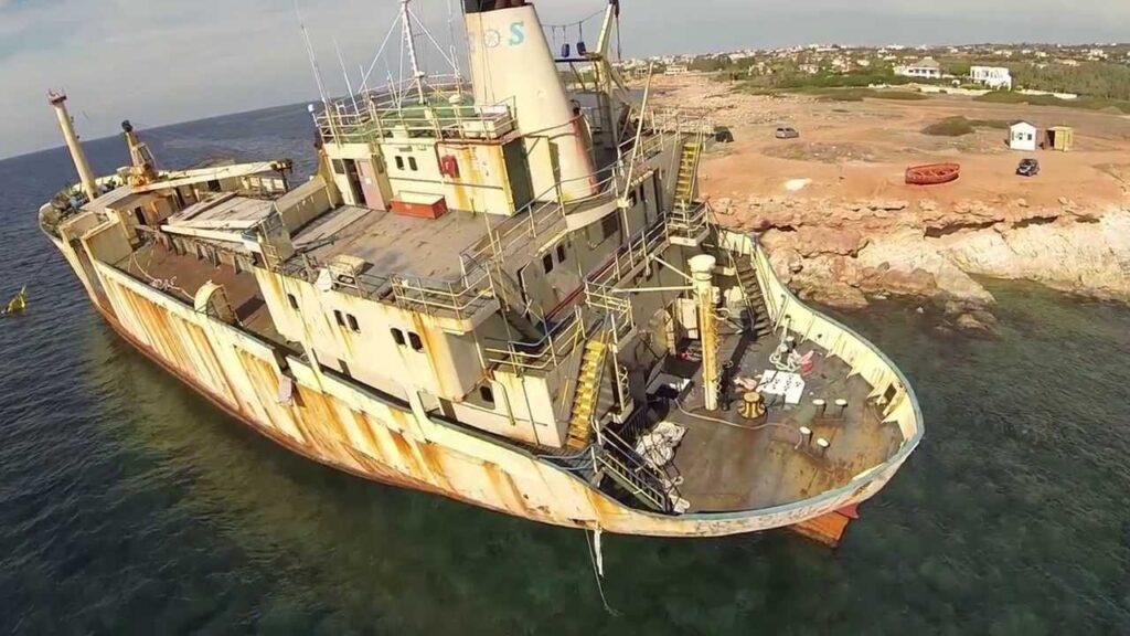 Die EDRO III auf Grund direkt an der Küste von Pegeia bei den Seehöhlen.