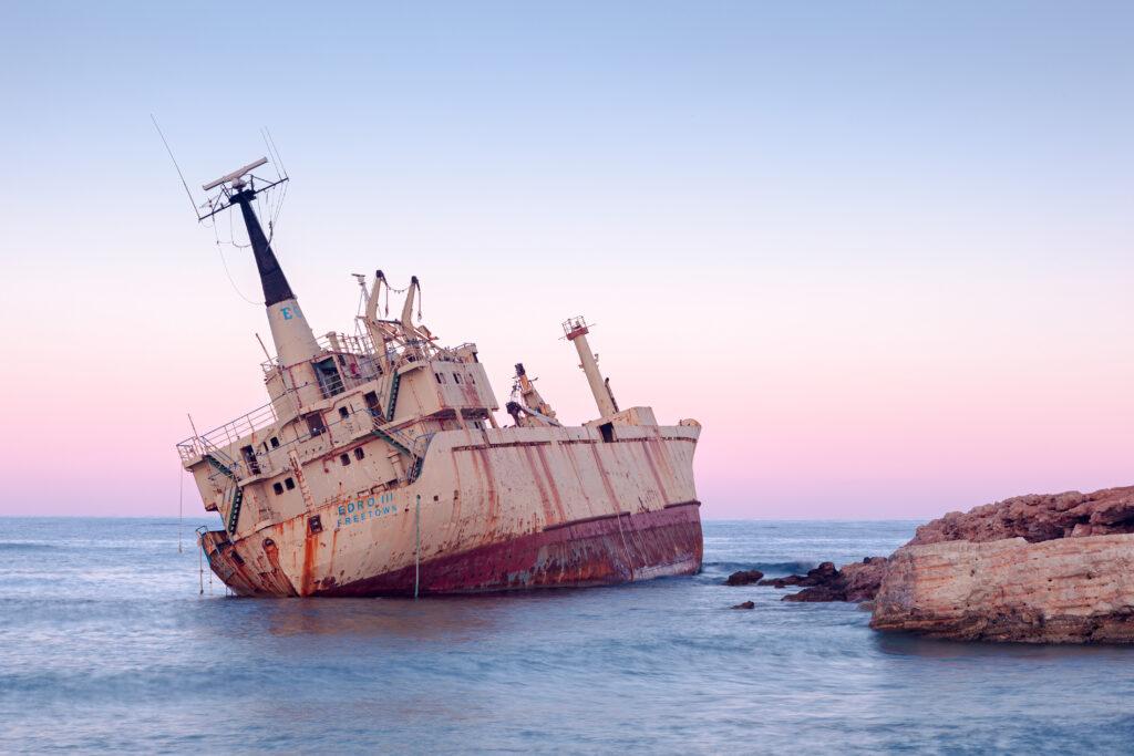 Die EDRO III auf Grund direkt an der Küste von Pegeia bei den Seehöhlen