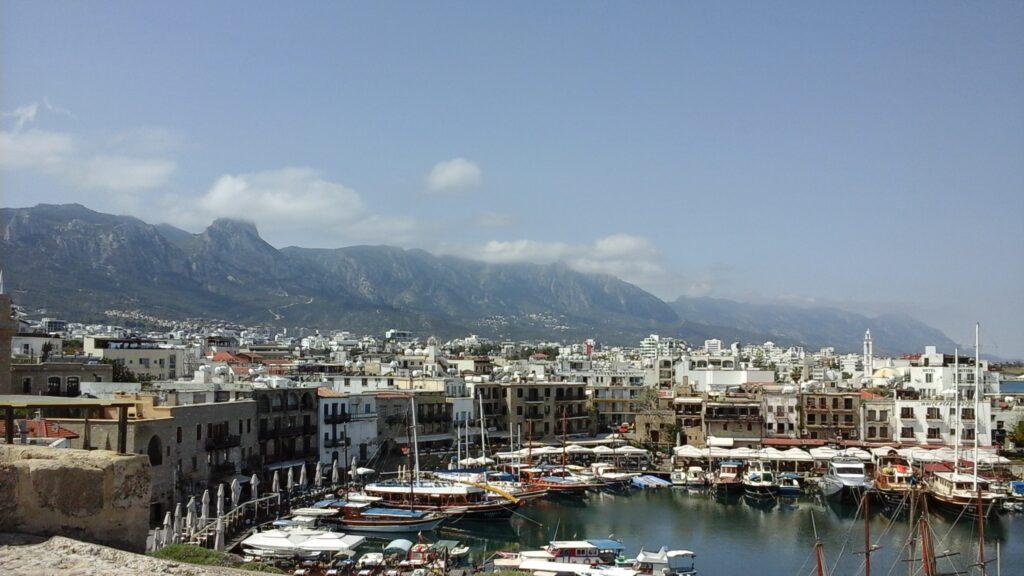 Der Hafen von Kyrenia auf Zypern mit dem Gebirge im Hintergrund