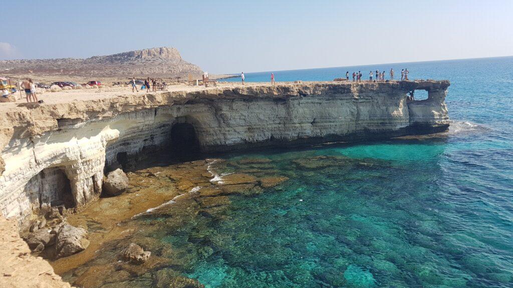 Die Seehöhlen am Kap Greco in Zypern laden zum Schnorcheln, Tauchen und Erkundungen ein.