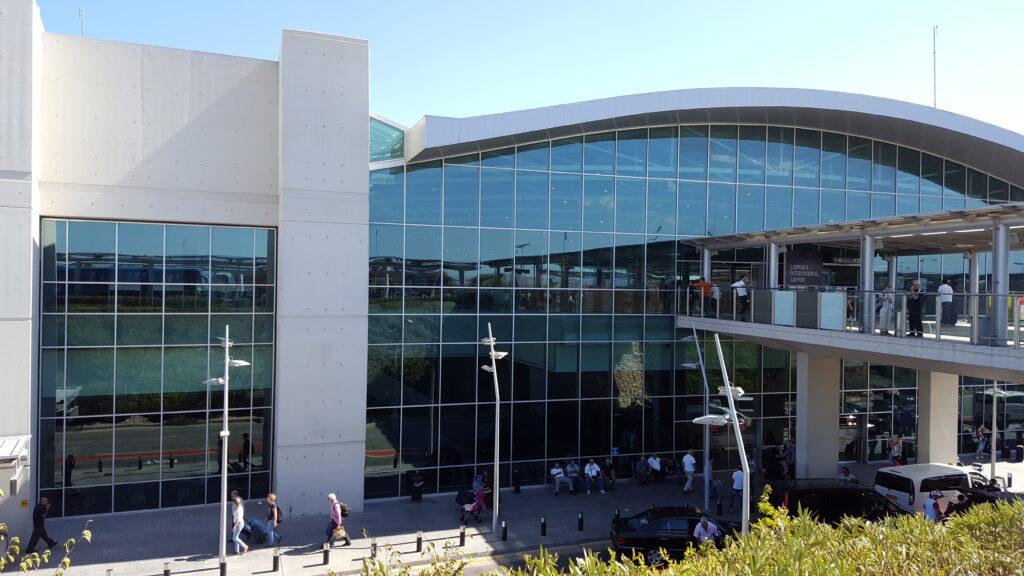 Der Flughafen Larnaka LCA auf Zypern von außen. Terminalgebäude