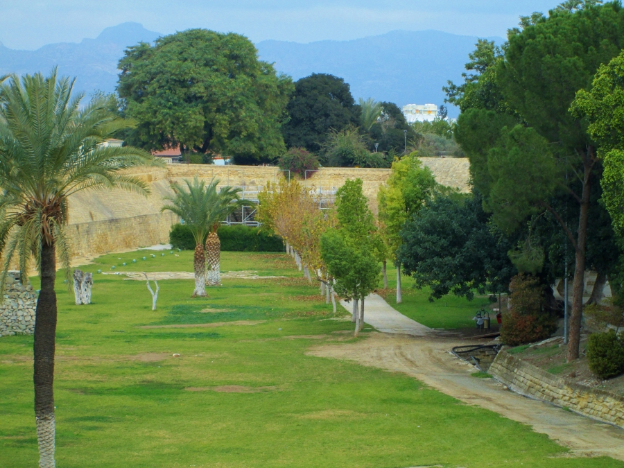 Zypern - Nikosia - Venezianische Stadtmauer und Park mit Palmen