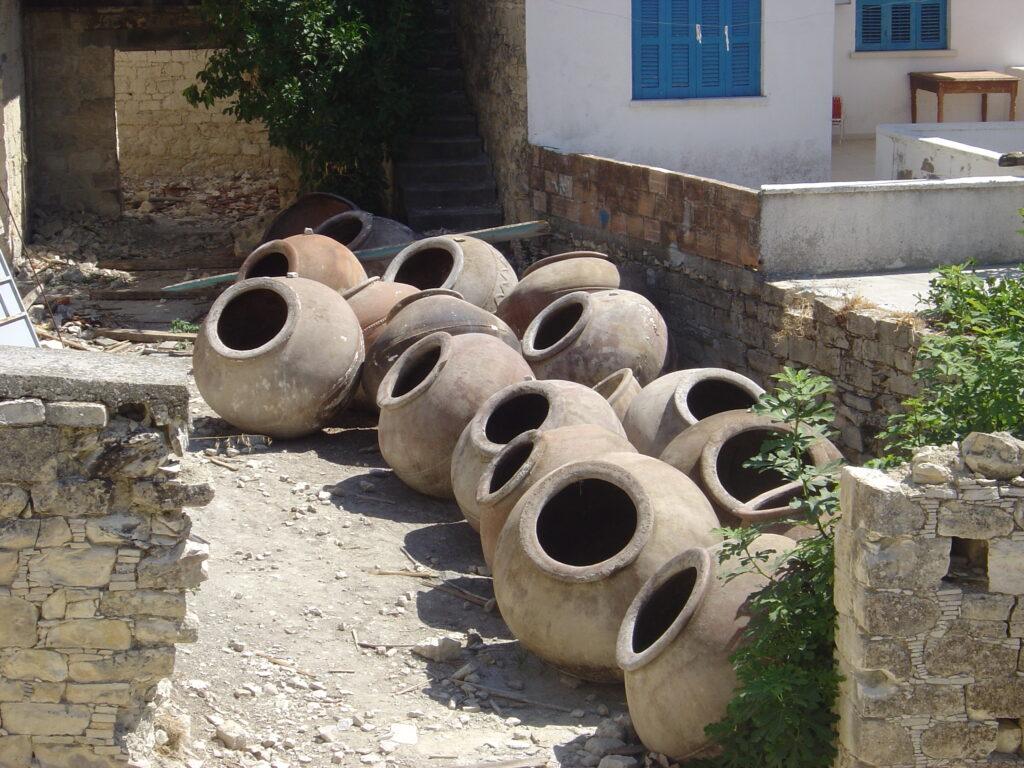 Das Bild zeig Pitharia. Große Zwiebelförmige Gefäße, die auf Zypern verwendet wurden, um  Lebensmittel wie Getreide, Wein und Öl zu lagern.