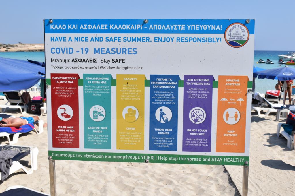 Zypern - Hinweisschild für Verhaltensregeln am Strand aufgrund von Covid-19